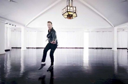 "Queens of the Stone Age se ponen bailongos con el videoclip de ""The Way You Used to Do"""